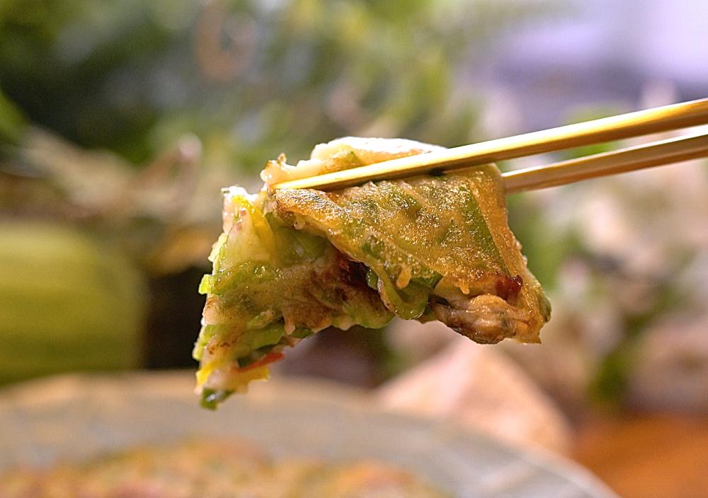 絲瓜煎餅外酥內軟,香甜美味,這樣做簡單方便又好吃!一口接一口