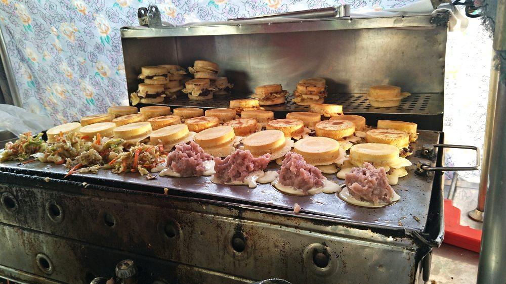 北斗美食_北斗大菜市場紅豆餅│超難買的紅豆餅,爆炸多的料絕對讓你驚豔!