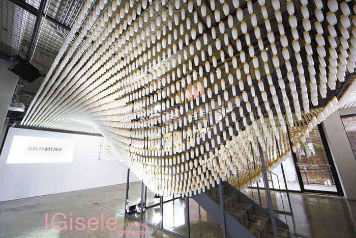 2014雪花文化展 SKIN=NIKS 1F藝術作品 - 以雪花秀滋陰水空瓶,以10公分為間隔,懸掛出猶如正飄浮在空中的