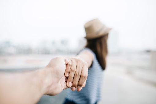 走出失戀,你必須先了解面對悲傷的五個階段 – 愛過以後忘記的事
