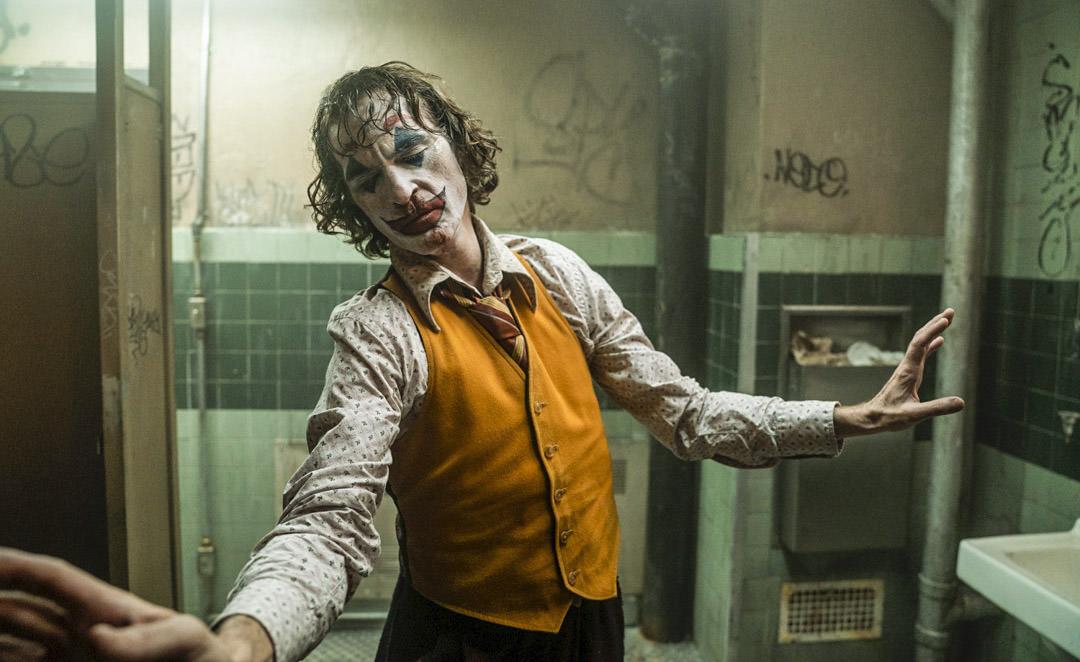 「《小丑》亞瑟什麼時候開始轉變成小丑?」導演從亞瑟的左右手,一直都在暗示我們這件事! – 我們用電影寫日記