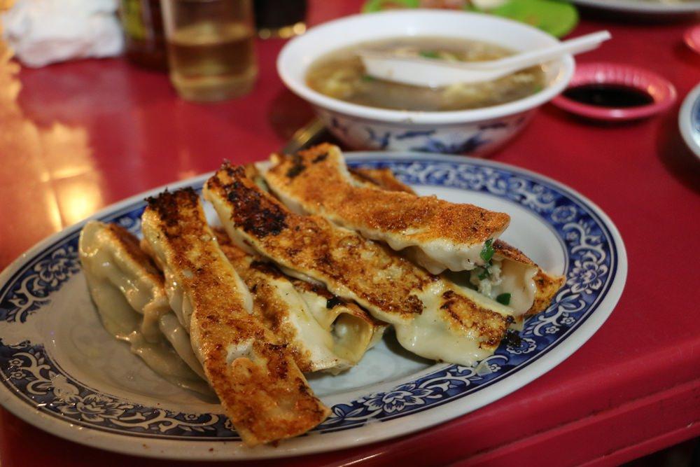 [美食] 基隆廟口 三姊妹鍋貼 在地人都吃這味 基隆廟口酥脆鍋貼 酸辣湯便宜有料