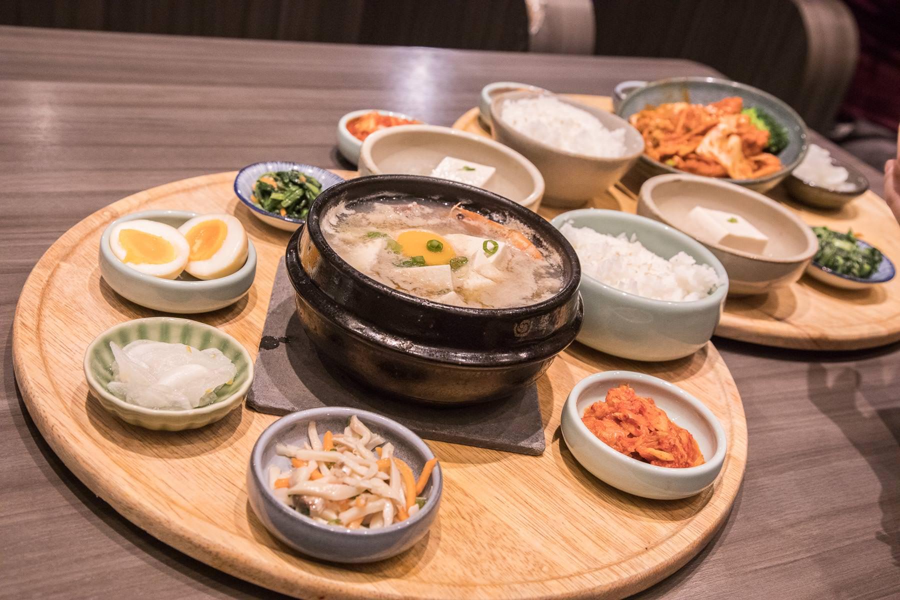 [台北信義]全台第一家精緻韓國定食專門店,五行概念小菜好吃又好拍,霜淇淋還無限吃到飽!韓姜熙的小廚房-微風松高店