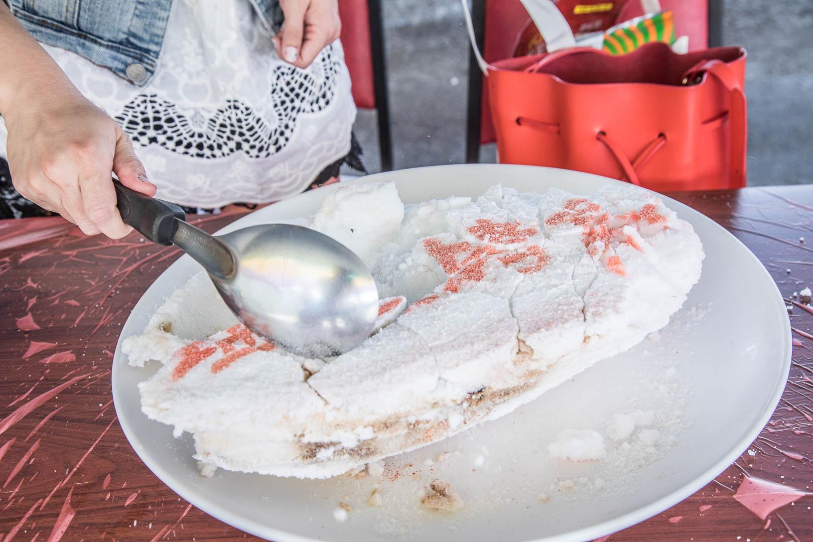 [宜蘭礁溪]天下沒有白吃的午餐,自己的烤魚自己敲!?敲敲打打超美味鹽味烤魚!塭底烤魚-礁溪店