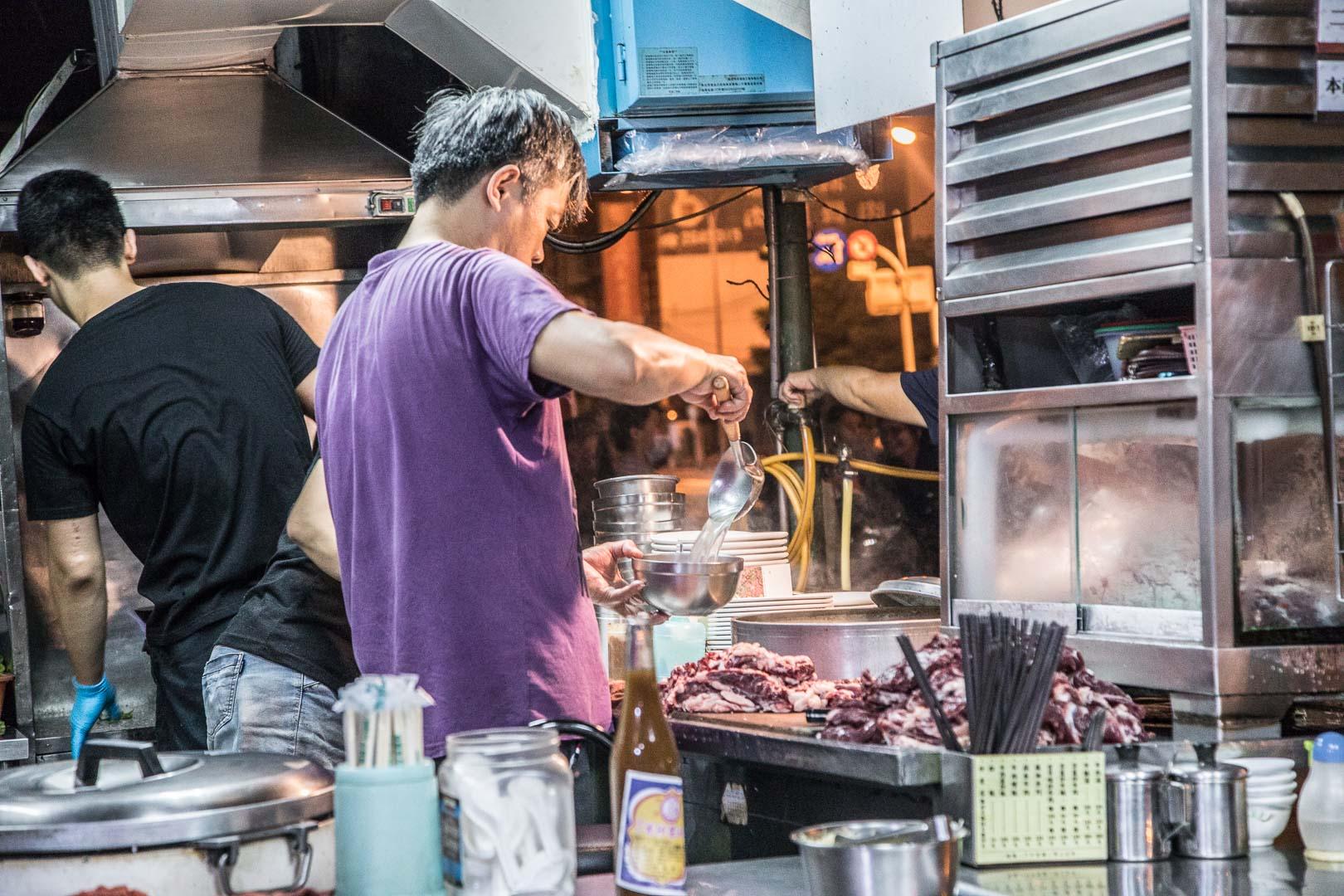台南美食 》美鮮牛肉湯|現切現沖溫體牛,24小時營業的美味牛肉湯!