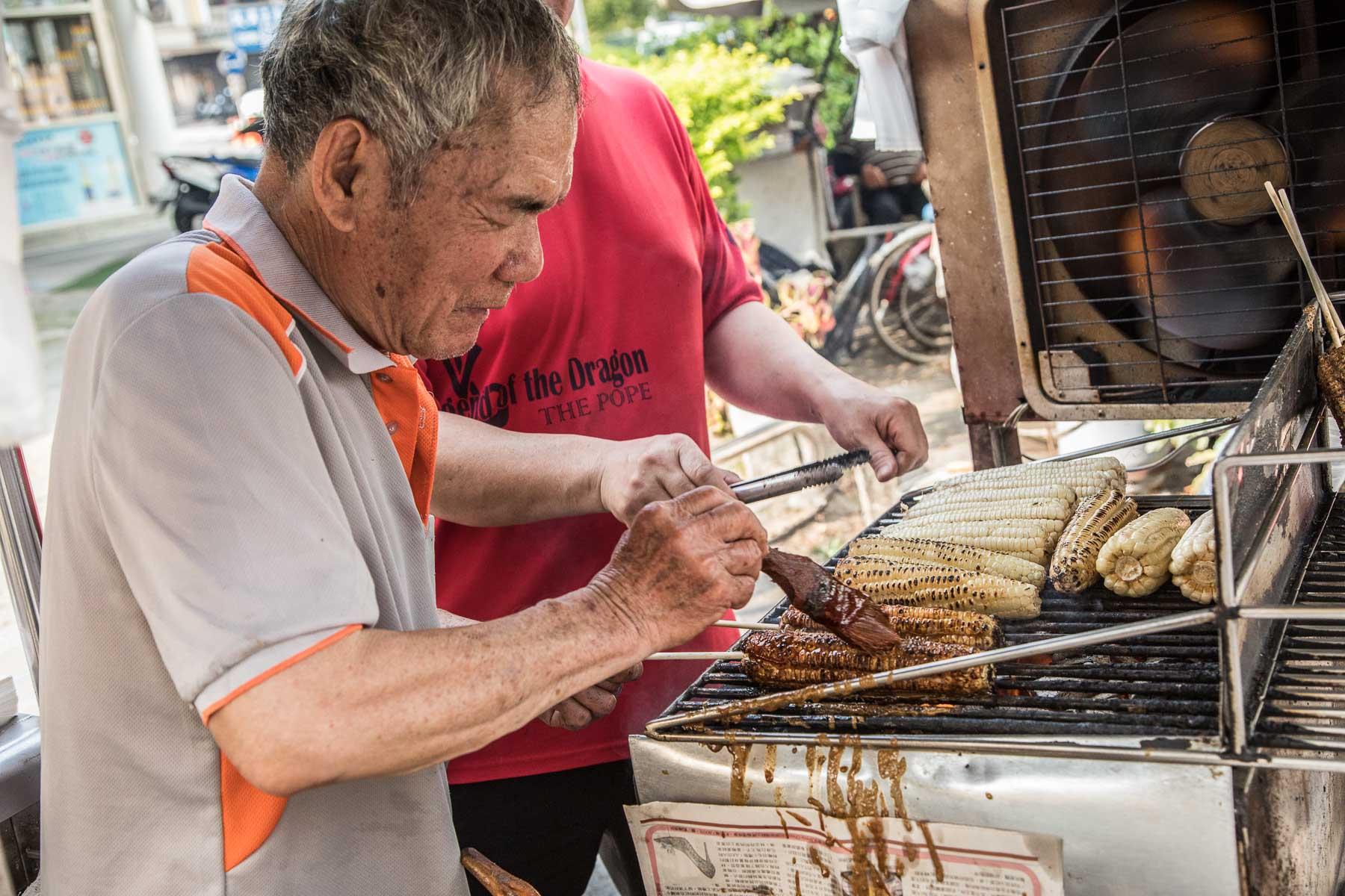 嘉義美食》嘉義新榮路阿伯烤玉米,堅持直火碳烤的古早味烤玉米!