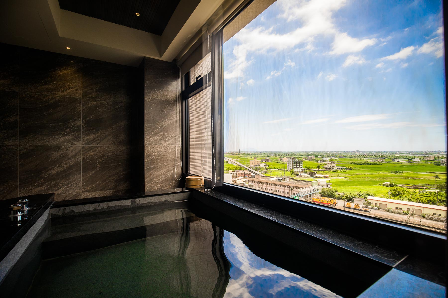 礁溪溫泉流速之最!這間溫泉浴池放水有夠快,湯池超大還能看龜山島!礁溪山形閣溫泉飯店