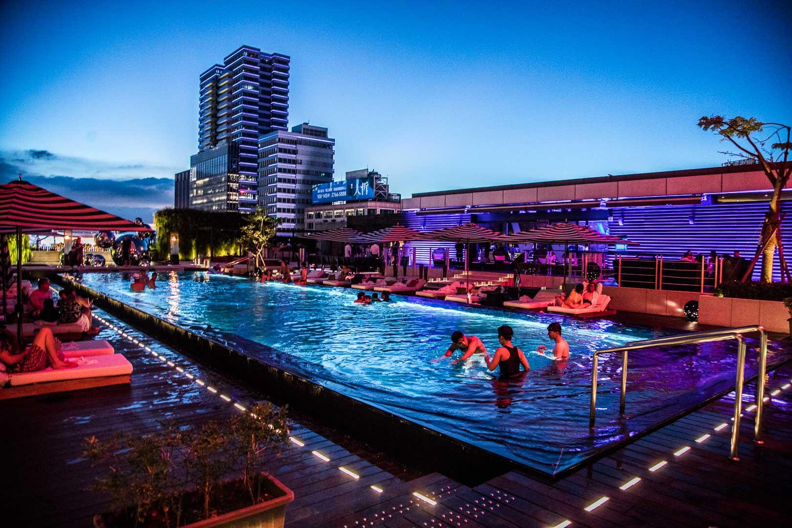 [台北住宿]W Hotel Taipei/台北最潮飯店沒有之一,W泳池開放了!最像夜店的游泳池!