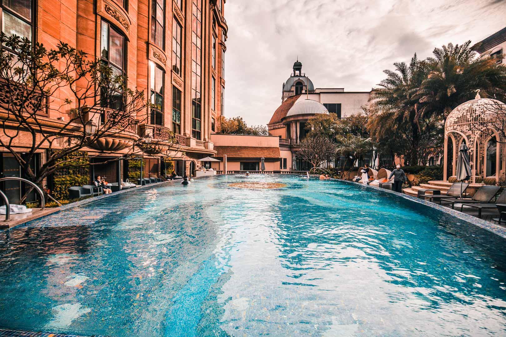 [台北住宿]台北文華東方酒店/歐風莊園游泳池!想來這游泳荷包負擔有點大,富比士五星大獎飯店