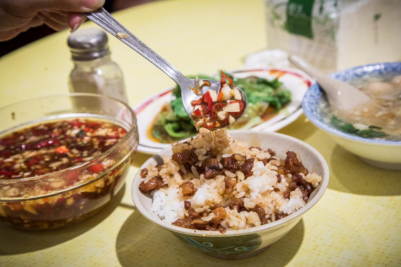 三重美食 》店小二魯肉飯,無時無刻都爆滿!三重三大滷肉飯之一,蝦仁焿也超棒的!
