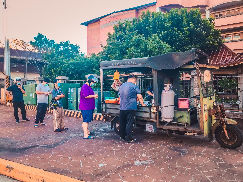 [桃園美食]大竹報紙蛋餅(路邊蛋餅餐車)/一天只賣三小時,光賣蛋餅一樣就排到不行,早上六點就大排長龍!