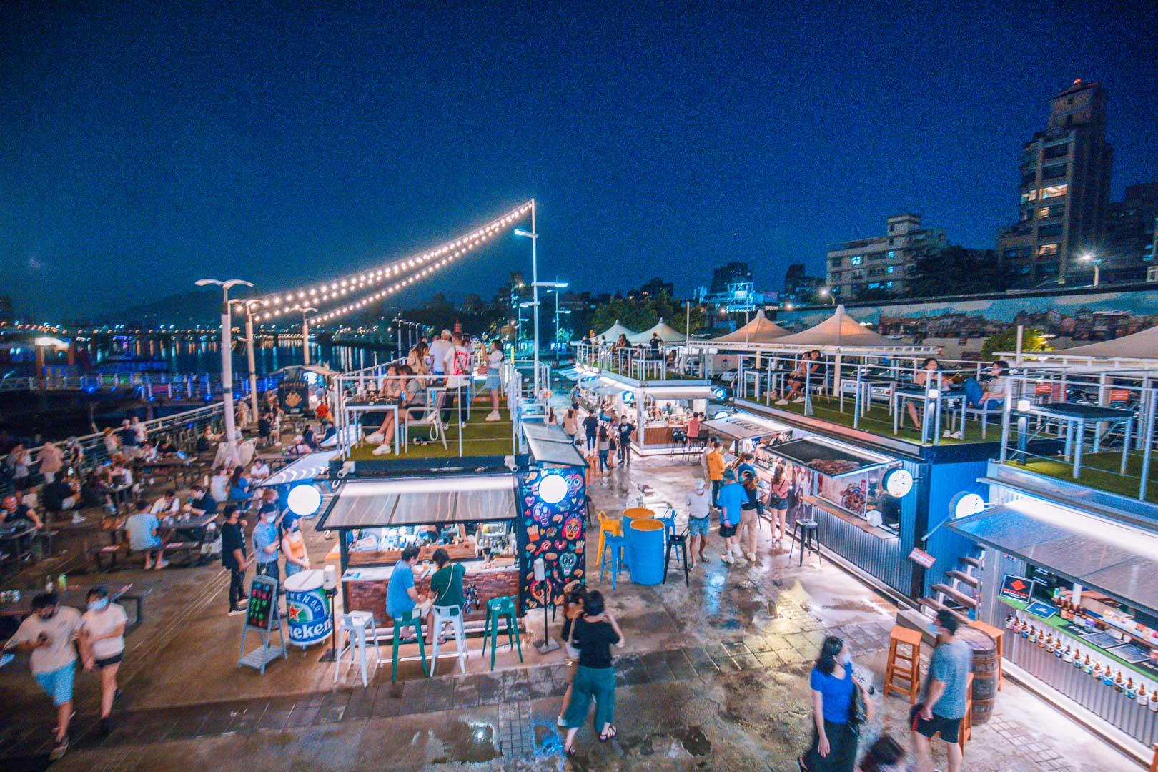 台北夜景》大稻埕碼頭貨櫃市集,越夜越美麗河畔碼頭,超浪漫奇幻彩色貨櫃市集!