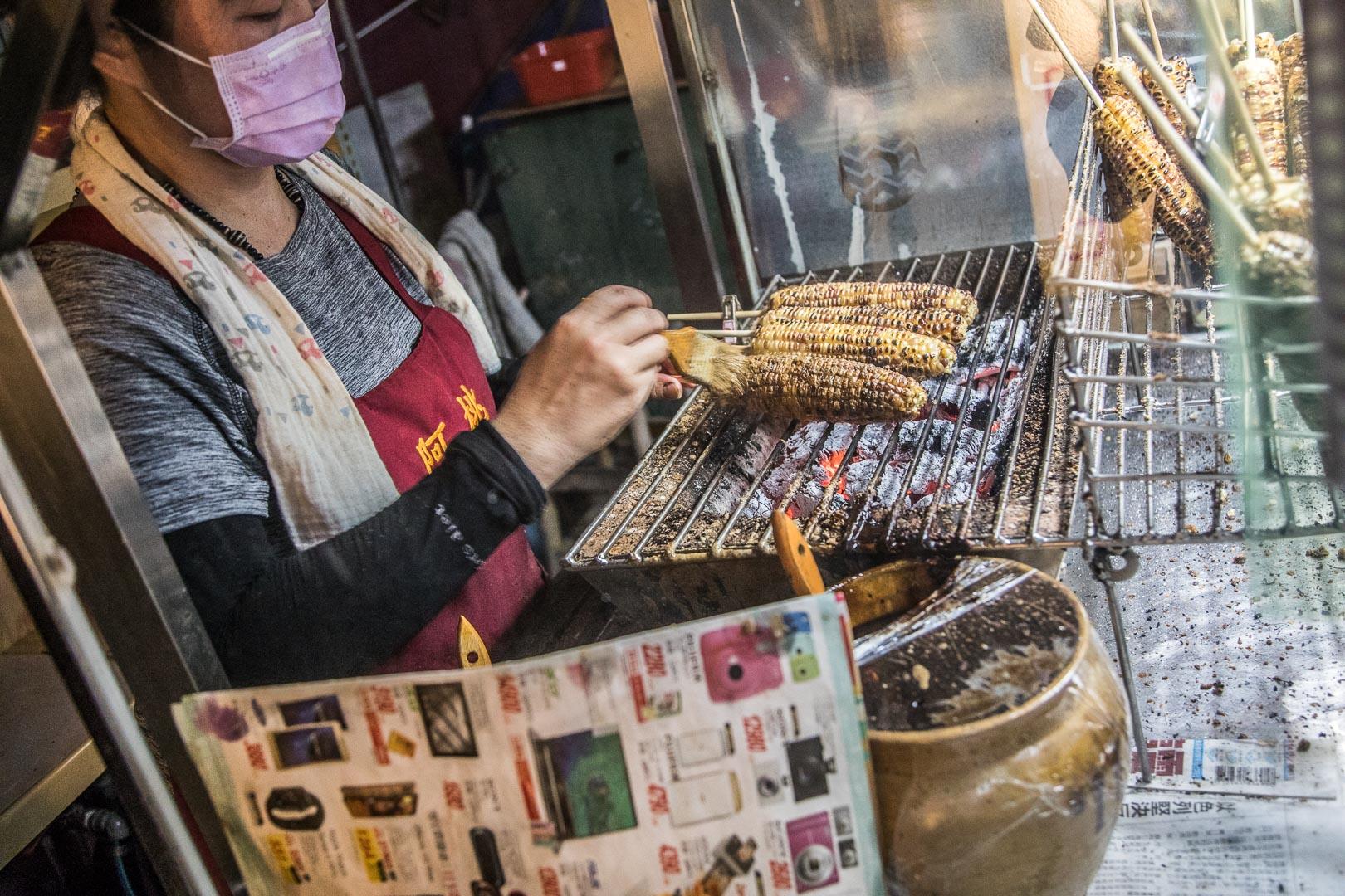 嘉義美食》阿桃烤玉米,阿婆烤玉米排不到?在地人都來買這家,便宜又好吃