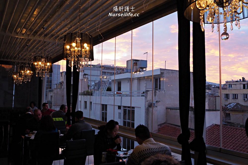 希臘訂房|雅典拉斯特拉達酒店 Athens La Strada.用餐可看到衛城旁邊就是超市
