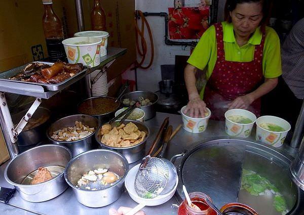 【台北食記】光華垃圾麵 一碗40元便宜料又多!難怪每次經過都排隊!