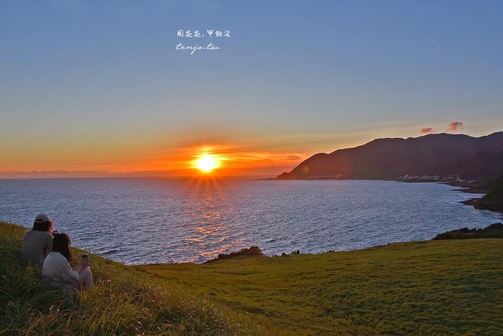 【蘭嶼景點】青青草原 蘭嶼賞日落景點推薦,溫暖夕陽在海灣草地灑下整片金黃