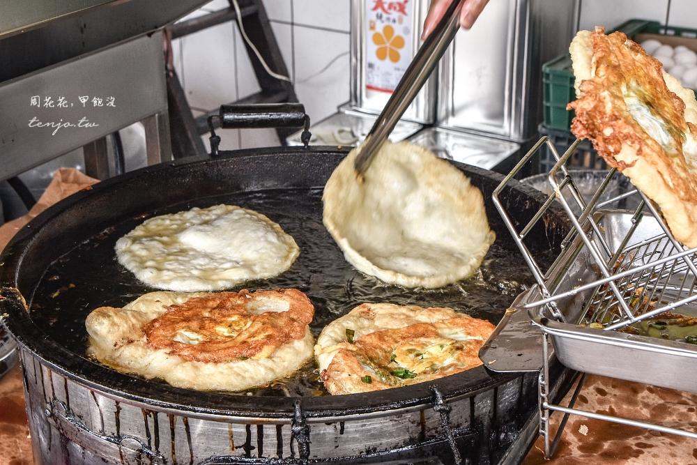 【宜蘭頭城美食】頂埔阿嬤蔥油餅 生意好到有停車場!蔥花給得非常豪邁網友高評價推薦